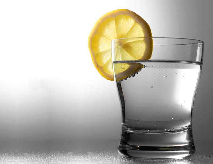 bicchiere-con-bevanda-di-acqua-e-limone