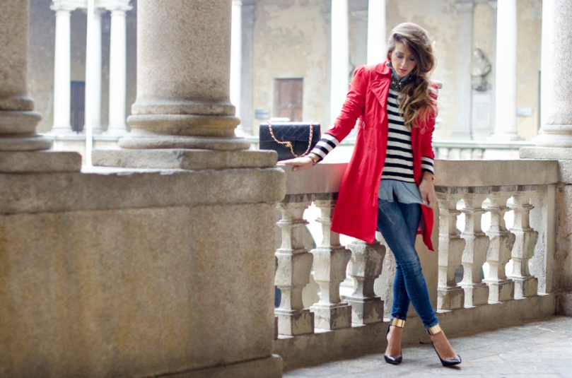 trench_rosso_t-shirt_righe_outfit_elegante_chic_chanel_3301