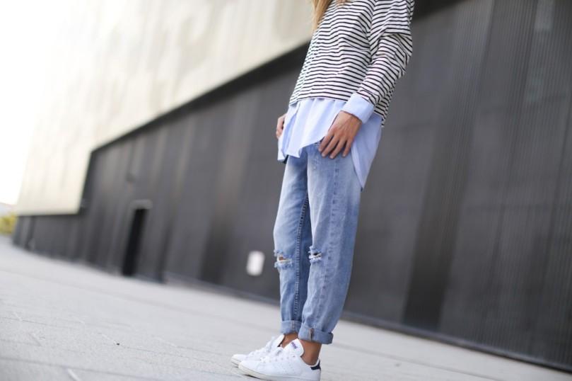 Clochet-streetstyle-suiteblanco-boyfriend-jeans-striped-sweater-adidas-stan-smith-10-1024x682